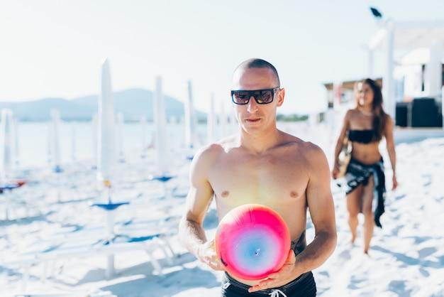Grupo de jóvenes amigos multiétnicos playa verano