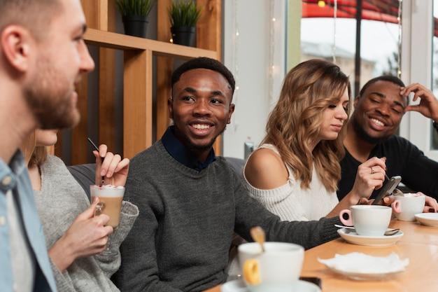 Grupo de jóvenes amigos reunidos