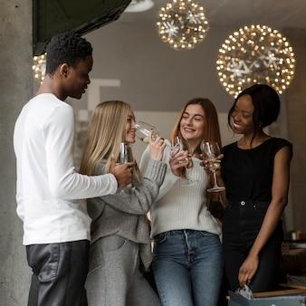 Grupo de jóvenes amigos tomando vino juntos