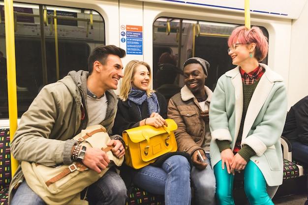 Grupo de jóvenes amigos viajando juntos en tubo