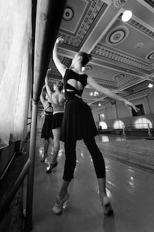 Grupo de jóvenes bailarines de ballet profesionales lindos en clase de ballet