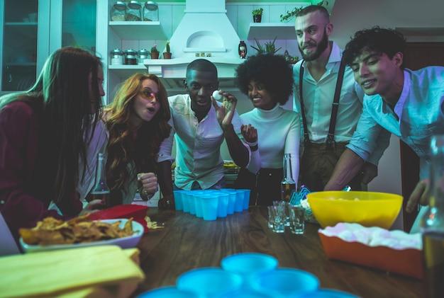 Un grupo de jóvenes celebrando y haciendo fiesta en casa
