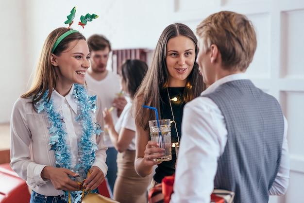 Grupo de jóvenes se comunican en una fiesta.