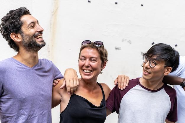 Grupo de jóvenes de diferentes etnias sonriendo juntos