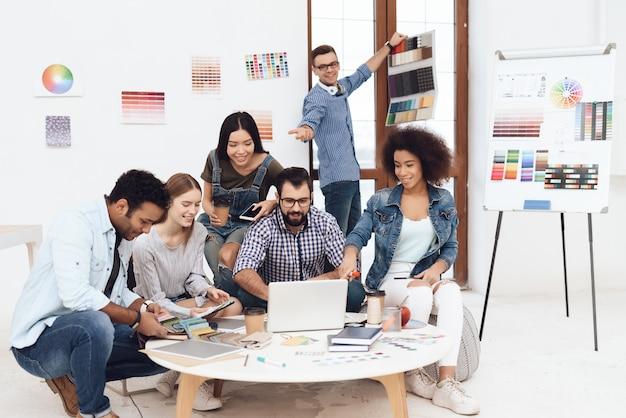 Un grupo de jóvenes diseñadores hacen lluvia de ideas.