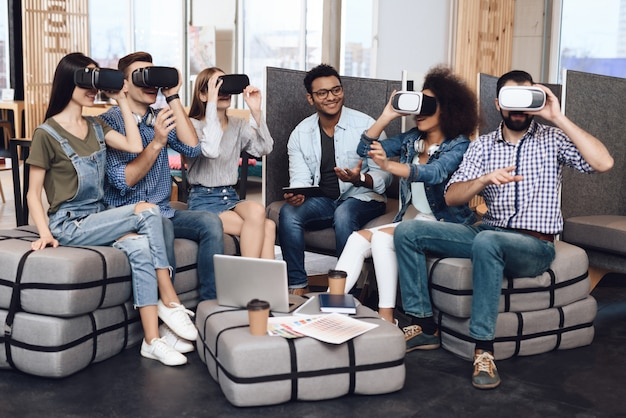 Un grupo de jóvenes diseñadores miran las gafas de realidad virtual.