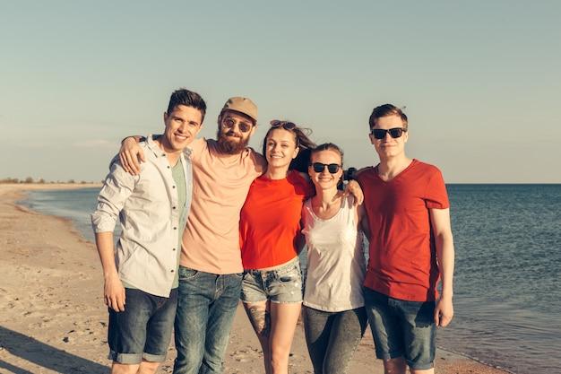 Grupo de jóvenes disfruta de la fiesta de verano en la playa.