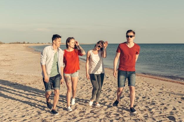Grupo de jóvenes disfruta la fiesta de verano en la playa