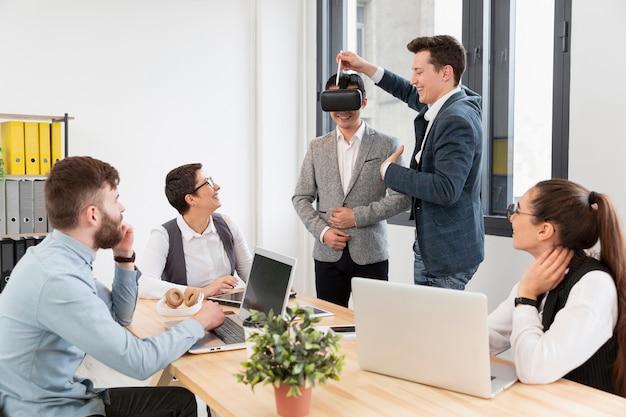 Grupo de jóvenes emprendedores trabajando juntos