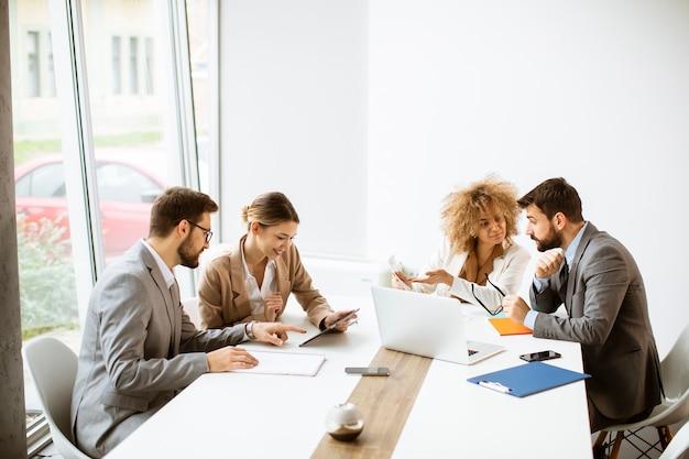 Grupo de jóvenes empresarios multiétnicos trabajando juntos en la oficina