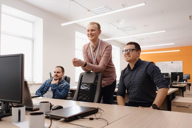 Grupo de jóvenes empresarios que trabajan en la oficina