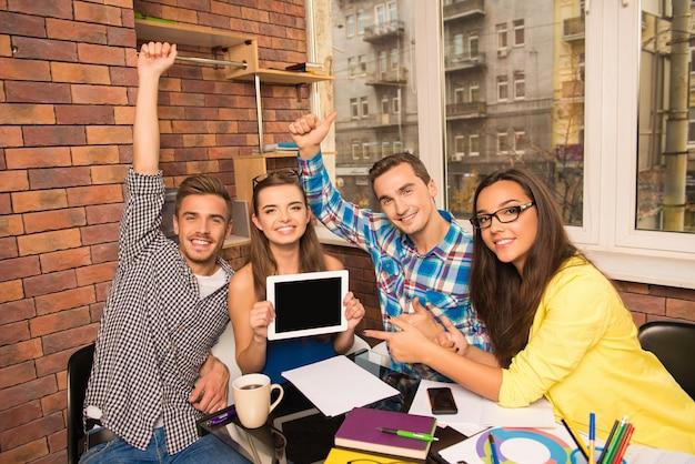 Grupo de jóvenes exitosos que trabajan con un proyecto empresarial