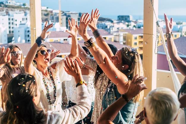 Grupo de jóvenes felices celebran juntos