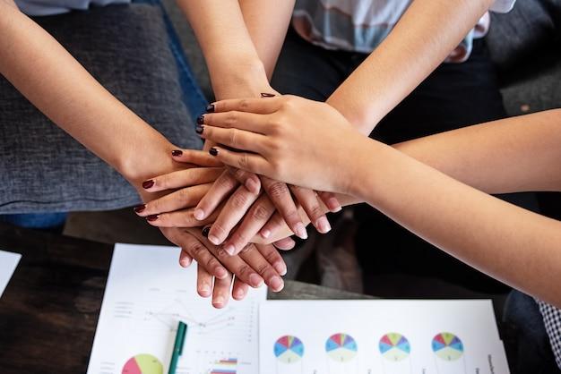 Grupo de jóvenes manos apiladas juntas