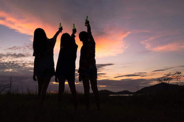 Grupo de jóvenes mujeres asiáticas animando, bebiendo alcohol, divirtiéndose en la celebración del fin de semana.
