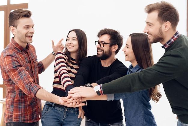 Un grupo de jóvenes oficinistas celebrando.