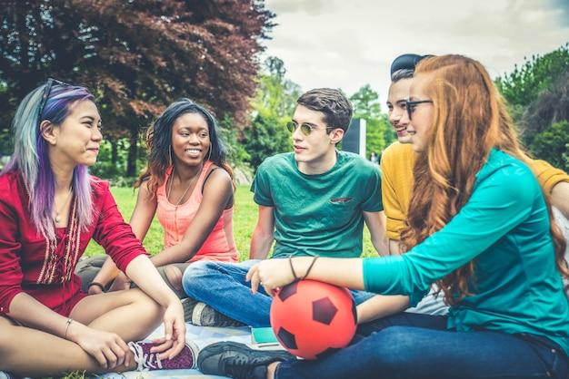 Grupo de jóvenes en un parque
