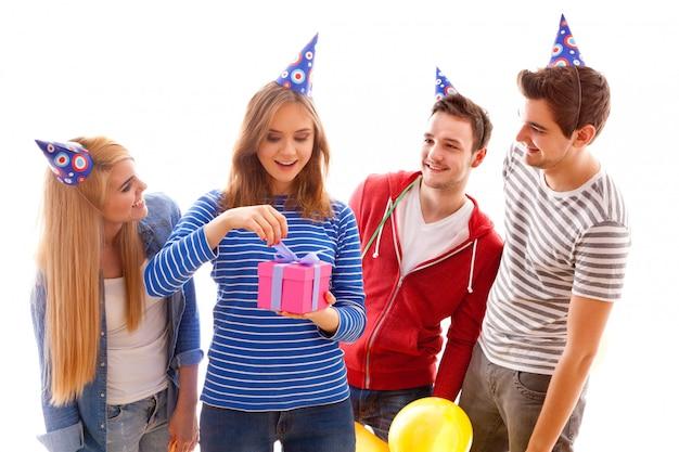 Grupo de jóvenes que tienen una fiesta de cumpleaños