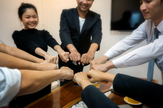 Grupo de jóvenes se unen para trabajar en el éxito laboral, manos, simbolizando las manos a la unidad
