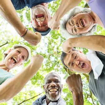 Grupo de jubilación mayor que ejercita concepto de la unidad
