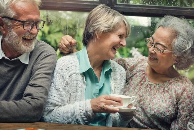 Grupo de jubilados mayores se reúnen concepto de felicidad
