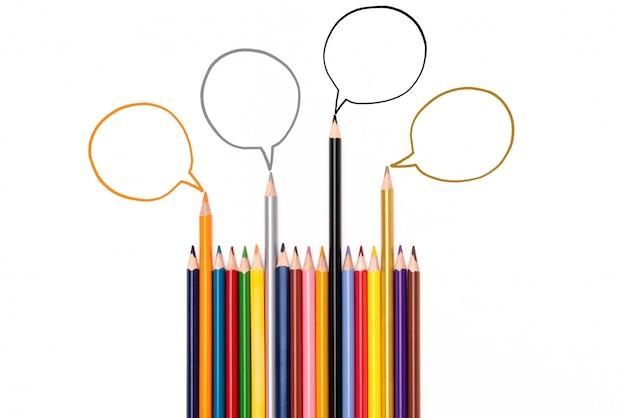 Grupo de lápices compartiendo idea sobre fondo blanco, concepto de comunicación