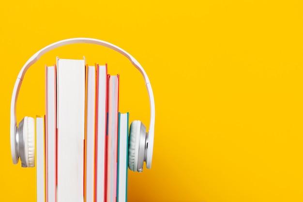 Grupo de libros con los auriculares. concepto de audiolibros