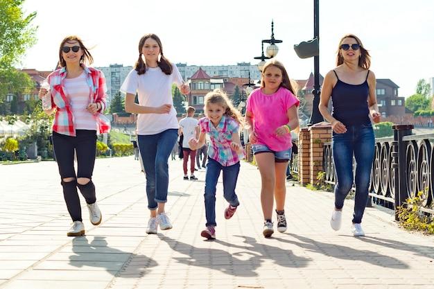 Grupo de madres e hijas están corriendo