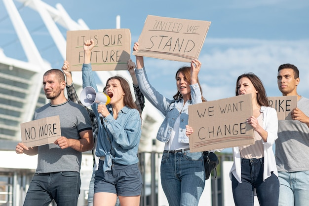 Grupo de manifestantes manifestando juntos