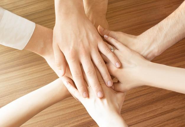 Grupo de manos diversas juntas. concepto de unión.