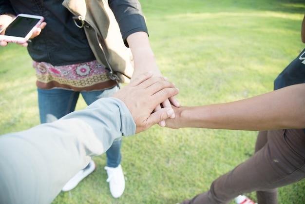Grupo de manos diversas juntas dejar un comentario