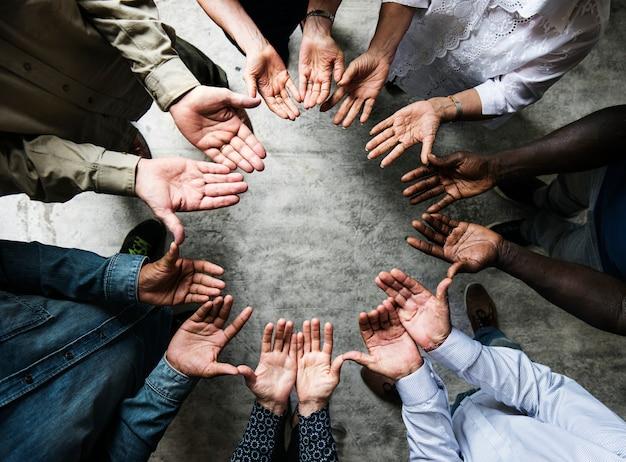 Grupo de manos diversas palmas círculo apoyo juntos trabajo en equipo vista aérea