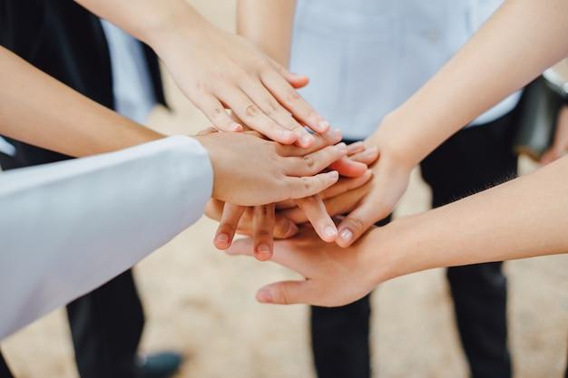 Grupo de manos unidas para trabajar en equipo