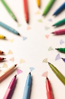 Grupo de marcadores de colores enviando wi-fi