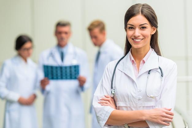 Grupo de médicos exitosos en el hospital.