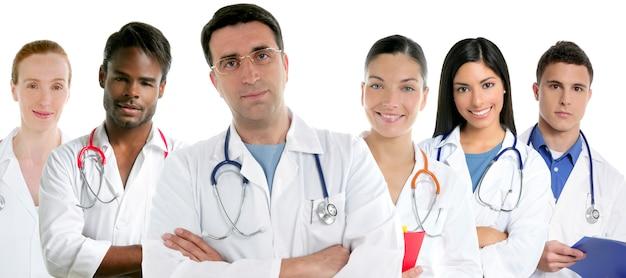 Grupo de médicos del grupo en una fila.