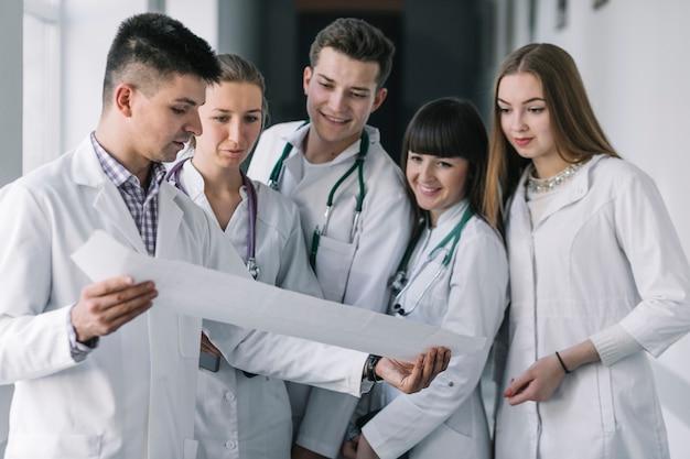 Grupo de médicos leyendo cardiograma