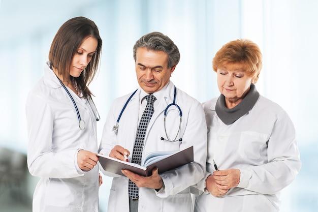 Un grupo de médicos profesionales. discusión de los resultados del análisis del paciente.