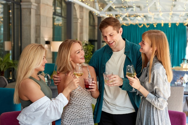 Grupo de mejores amigos pasando un buen rato en el restaurante