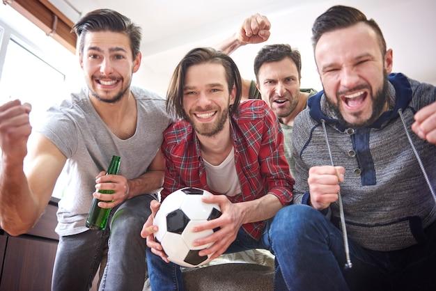 Grupo de mejores amigos pasar tiempo frente a la televisión