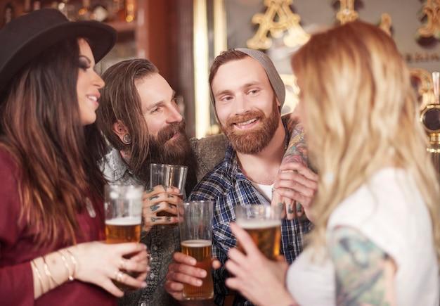Grupo de mejores amigos reunidos en el pub
