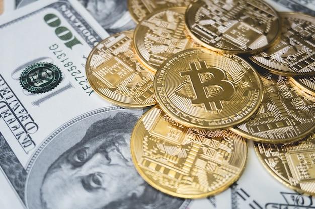 Grupo de monedas, pila de bitcoin en el billete de dólar. criptomoneda.