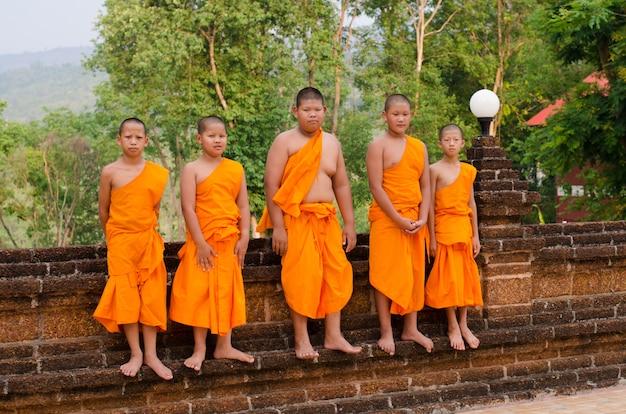 Un grupo de monjes chid en wat neramit vipasama, dansai, loei, tailandia