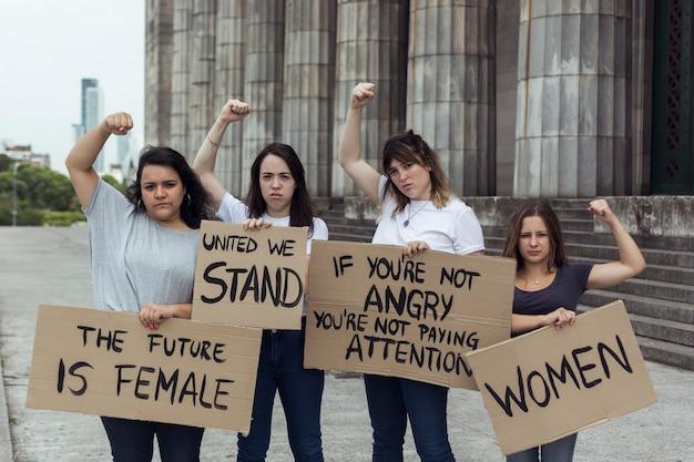 Grupo de mujeres activistas protestando juntas