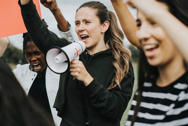 Grupo de mujeres activistas está protestando.