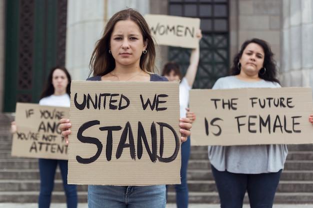 Grupo de mujeres activistas que protestan por los derechos