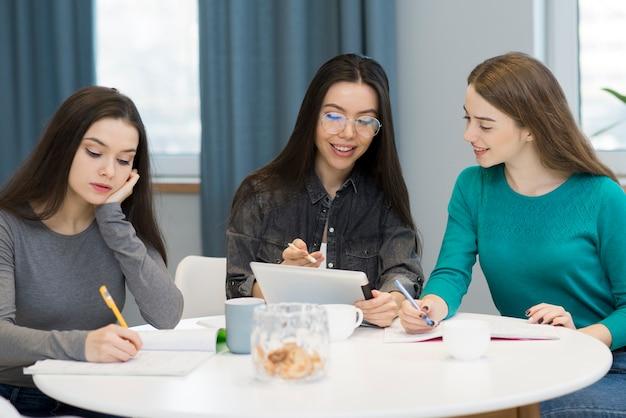 Grupo de mujeres adultas positivas trabajando juntas