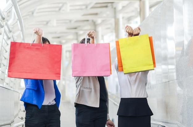 Grupo de mujeres de asia de las compras que soportan los panieres.