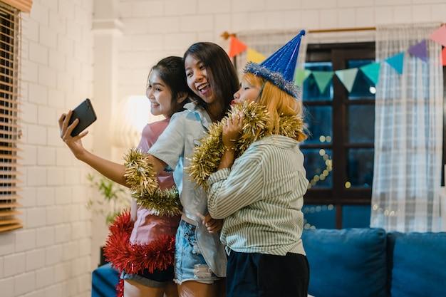Grupo de mujeres asiáticas fiesta en casa