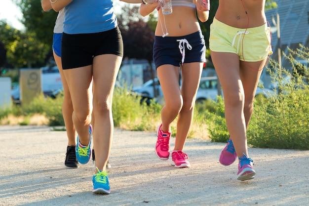 Grupo de mujeres corriendo en el parque.